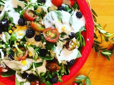 ensalada-con-moras-silvestres-y-yogur