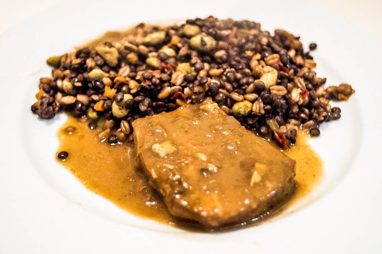 salmón con salsa de soja, verduras y cereales
